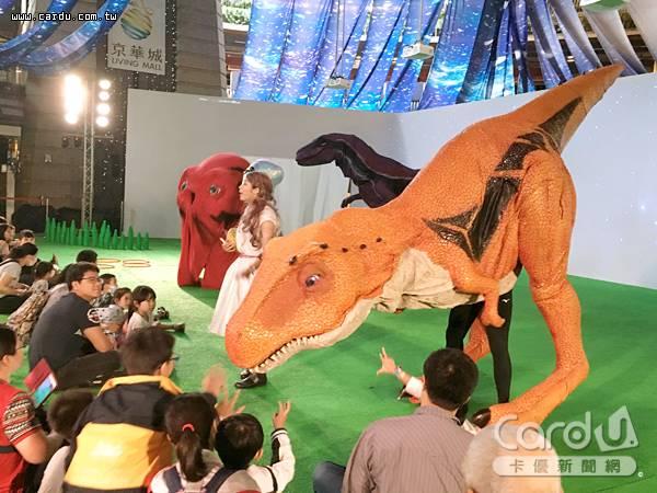 外星人成功復育恐龍,重新回到地球歷險,大小朋友可從互動遊戲中,與恐龍「接觸」(圖/京華城 提供)