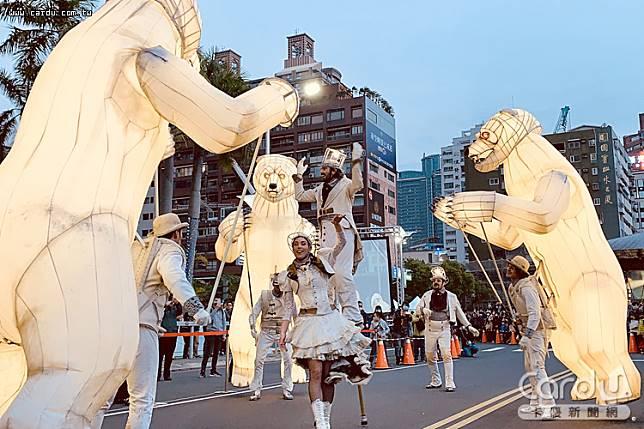高雄燈會在高雄橋至七賢橋愛河畔上陣,請來法國白馬夜光秀等團體天天演出(圖/高雄市政府 提供)